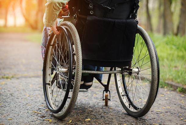 rolstoel op een pad