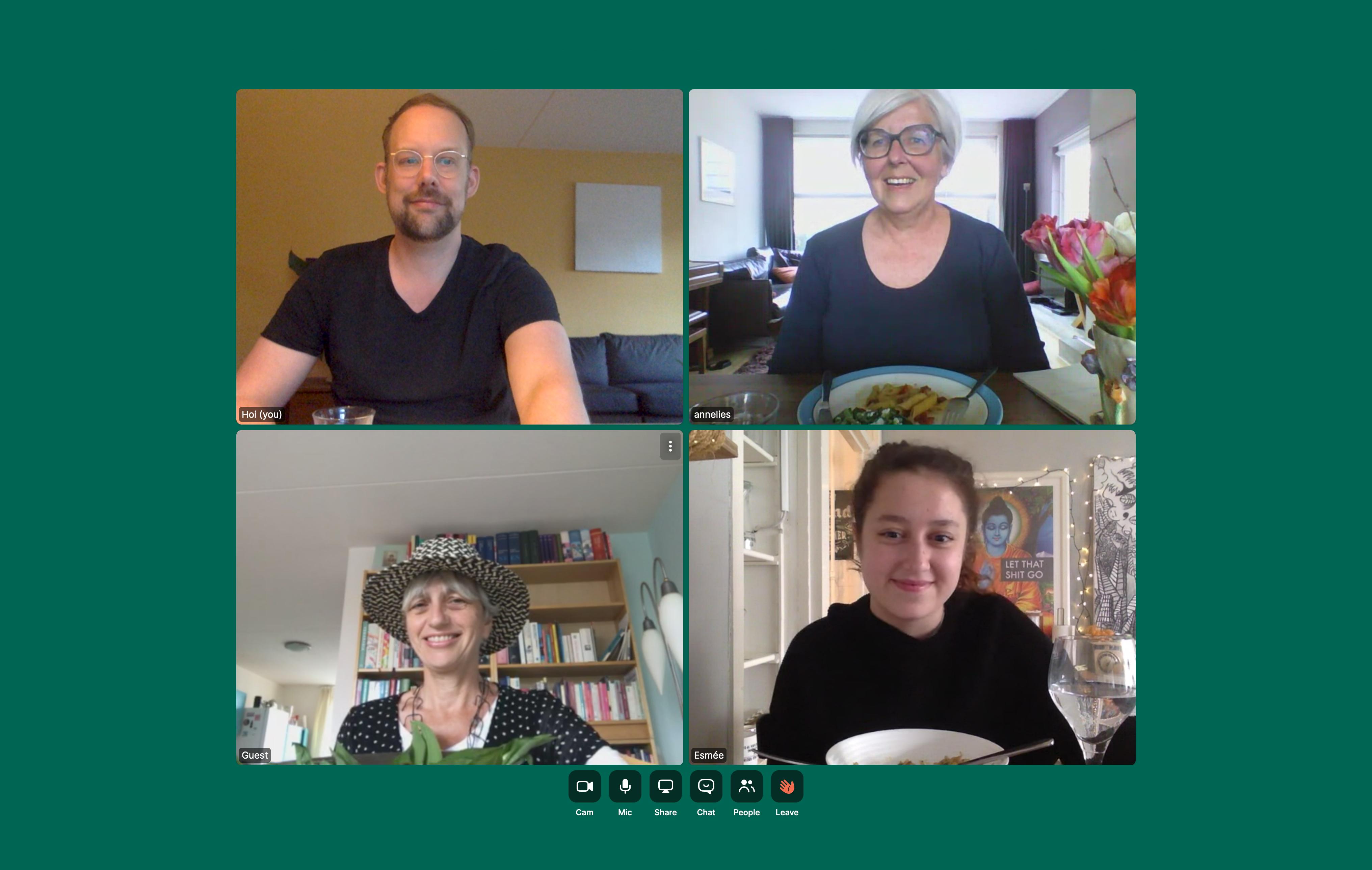 op laptopscherm vier mensen via video zijn samen aan het eten