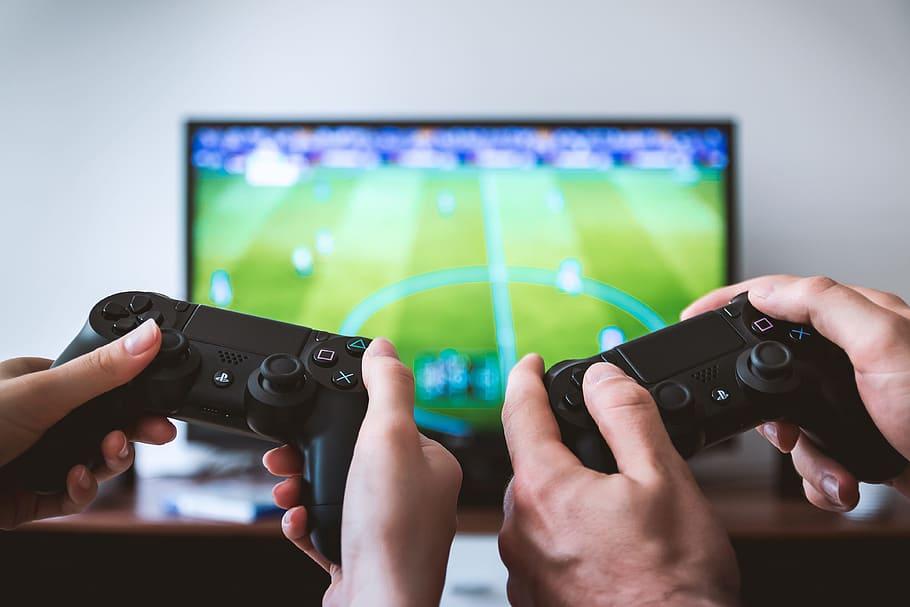 2 paar handen spelen een video voetbalgame