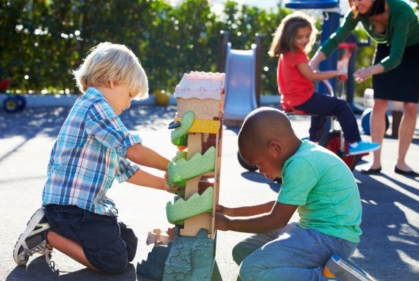 kinderen spelen buiten samen