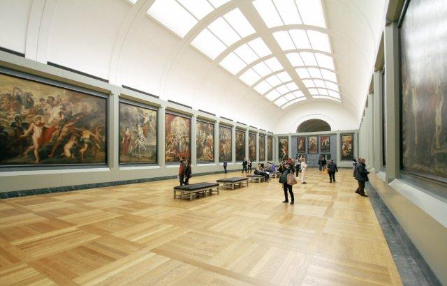 museumzaal met schilderijen