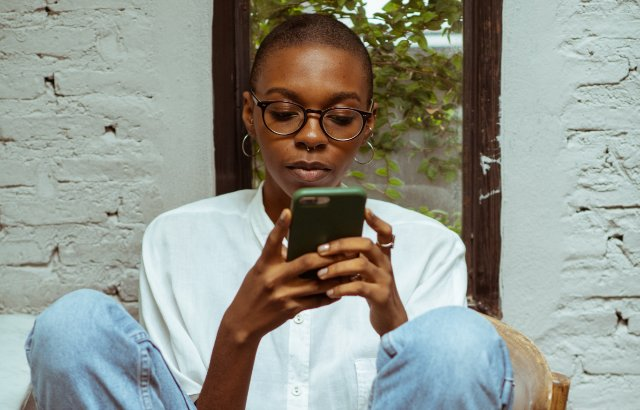 jonge vrouw bekijkt haar mobiel